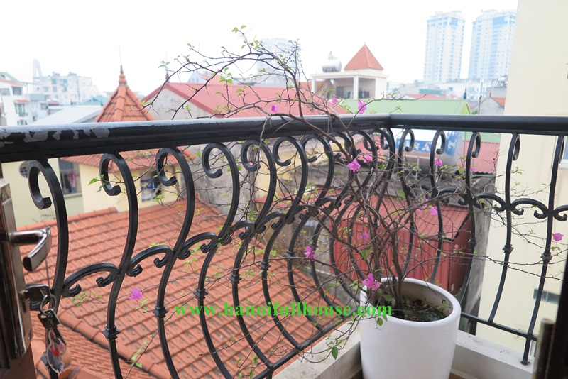 Super cheap 02 bedrooms apartment in Tay Ho, only USD 400 with balcony and lots of natuaral light