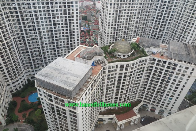 Royal City 3 Brs apartment rental, this is a corner apartment with lots of light, windows, balconies