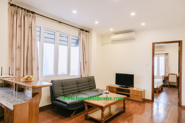 Find Hoan Kiem housing agency. 1-bedroom serviced apartment with a bathtub for lease
